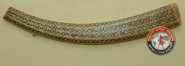 வெள்ளி பதிக்கப்பட்ட தந்தத்தினாலான பூமராங் எனும் போர்க் கருவி