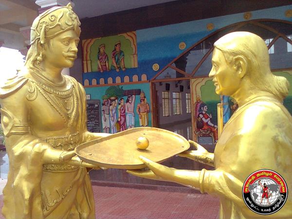 அதியமான் ஔவையாருக்கு நெல்லிக்கனி வழங்கிய காட்சியைக் காட்டும் தற்காலச் சிலை